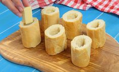 Cut the baguette into small tube shapes and fill with cheese and cold cuts.Cut the baguette into small tube shapes and fill with cheese and cold cuts. Bake for a few minutes and your Vegetarian Finger Food, Vegan Finger Foods, Cold Finger Foods, Party Finger Foods, Vegetarian Recipes Easy, Baguette Appetizer, Baguette Recipe, Easy Appetizer Recipes, Appetizers