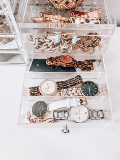 I've recently updated my makeup vanity & organized my jewelry better and wanted to share! Daniel Wellington, Room Organization, Jewelry Organization, Organizing Hair Accessories, Home Design Software, Trendy Home Decor, Diy Vanity, Makeup Rooms, Kitchen