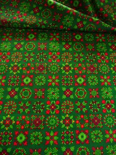 Der Baumwollstoff ist ein amerikanischer Designer Stoff.  Auf dem grünen Grund befinden sich Blumen und Ornamente.   Eine einzelne Quadrat hat einen Durchmesser von 4,5 cm.   Der Baumwollstoff liegt 1,15 m breit und es sind 6,80 m vorhanden.  Aus dem amerikanischen Designer Stoff lassen sich Kleider, Blusen, Tuniken, Röcke, Gardinen, Kissen, Tischdecken, Weihnachtsdeko, Bettwäsche und vieles mehr herstellen.   Der Baumwollstoff eignet sich auch für Patchwork arbeiten.