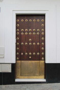 modern interior design home :: stripe space :: modern A-frame Granada, Spain Door Knockers, Door Knobs, Door Handles, Cool Doors, Unique Doors, Entrance Doors, Doorway, Barn Doors, Front Doors