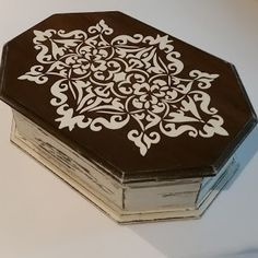 Painted Wooden Boxes, Painted Trays, Hand Painted, Antique Mailbox, Shabby Chic Boxes, Stencil Decor, Diy And Crafts, Arts And Crafts, Patchwork Quilt Patterns