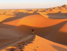 Oriental Désert Express (Marruecos) tren turístico, que tiene su origen en Oujda y cruza la inmensa planicie sahariana durante 305 km hasta Buarfa.  El trayecto es toda una aventura, porque verás nómadas, pararás para realizar fotografías e incluso puede que te toque retirar la arena con palas de las vías ferroviarias. Por 190 euros incluye también la comida y el desplazamiento en vagones climatizados. http://www.elle.es/viajes/flechazos-news/30-paraisos-del-mundo
