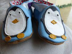 """Ces chaussons """"pingouin"""" sont réalisés avec du cuir de chez décocuir et de la boutique Sweet anything (une matière si agréable) et la doublure avec du tissu Petit pan. La patron provient toujours du livre """"A petits pas"""" d'Anne Walterthum. davantage de photos sur melifabulette.canalblog.fr"""