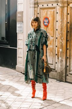 Paris Fashion Week// She get's it. Best Street Style, Looks Street Style, Street Chic, Paris Street Styles, Look Fashion, Autumn Fashion, Fashion Tips, Fashion Trends, Street Fashion