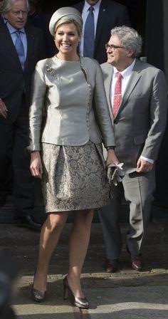 Reina Máxima de Holanda Acto: Concierto por el décimo aniversario de 'Leerorkest' la Orquesta Filarmónica holandesa, Amsterdam (Países Bajos). Fecha: 9 de marzo de 2016. 'Look': La reina Máxima de Holanda optó por una chaqueta abotonada en seda gris plomo, que accesorizó con un broche plateado y coordinó con una falda con brocados. Como complementos, 'peep-toes', guantes y 'clutch' al tono.