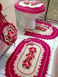 Crocheted Bathroom Set Ideas for Crochet Lovers: Crochet art is evergreen and it can never become out of fashion. You can make tremendous intricate household Crochet Art, Crochet Doilies, Crochet Rugs, Knitting Patterns, Crochet Patterns, Floral Theme, Simple Gifts, Bathroom Rugs, Beautiful Crochet