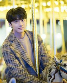 Put your head on my shoulder Cute Asian Guys, Cute Korean Boys, Asian Boys, Handsome Korean Actors, Handsome Boys, Handsome Anime, Idol 3, Korean Boys Ulzzang, Ulzzang Korea