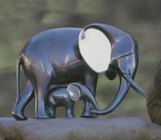 Save the elephants. Bronze Sculpture 'Elephant and Baby' classic bronzes by artist Loet Vanderveen