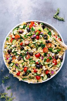 Pasta Salad Recipes are always a huge hit at BBQ's, potlucks, picnics, and anywhere else that you need a good old fashioned pasta salad recipe that will feed a crowd. Cucumber Pasta Salad, Feta Pasta, Best Pasta Salad, Pasta Salad Recipes, Macaroni Pasta Salad, Tortellini Pasta, Greek Quinoa Salad, Greek Salad Pasta, Soup And Salad