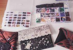 #buenosdias #bonjour #bondia #goodmorning #gutenmorgen #buongiorno  guapas! Laborando nuestros acabados #bordados a mano!  #felizjueves a todos # bolsos #madeinspainwithlove #beunique  #hechoamano #handmade #complementos #accesoriosdemoda #moda #AzzafranBeUnique