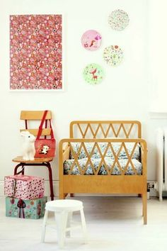 love that kid bed... Plates on the wall, too!