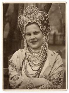 Маленькая Россия в Китае со столицей в Харбине 1920-40-е – Девушка в кокошнике