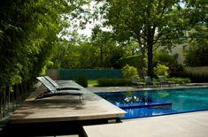 piscina con jacuzzi y plataforma de madera