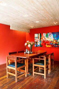 Keltainen talo rannalla: Modernia, rustiikkia ja värejä