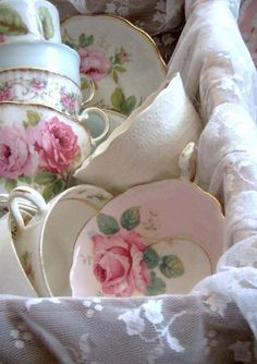 Lace & pretty teacups makes for a beautiful vignette~❥