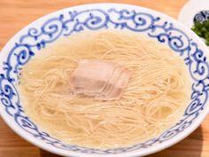 魅惑の「淡麗系豚骨ラーメン」、『豚そば 月や』が中州に誕生! 博多・醤油ラーメンの名店『支那そば 月や』による新業態。 豚のうまみをしっかり感じる進化した淡麗系『豚骨ラーメン』は、一食の価値あり! Fukuoka, Coconut Flakes, Ramen, Curry, Spices, Dressing, Ethnic Recipes, Food, Curries