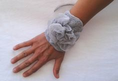 Bracelet manchette avec soie et laine gris perle par fraResPiri, €25.00