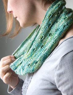 Swee-e-e-e-t & free pattern @ http://www.tricksyknitter.com/store/botanical-cowl-20.php