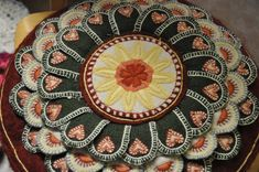 Bilderesultat for klackmatta Swedish Embroidery, Penny Rugs, Wool Applique, Felt Ornaments, Wool Rug, Folk Art, Arts And Crafts, Textiles, Tassel