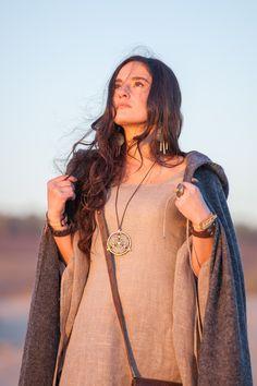Collier amulette « Labyrinthe ».  Ce pendentif est fait main des matériaux naturelles, son aspect mystique et une touche tribal rend cet accessoir un article parfait pour compléter votre collection des articles magiques !  https://armstreetfrance.com/boutique/accessoires/collier-amulette-labyrinthe