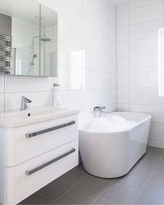 Lyst og flott bad fra Alterna Her ser du Oval badekar Nice Day underskap & All Day speil. Disse produktene er å finne i nettbutikken vår #rørkjøp