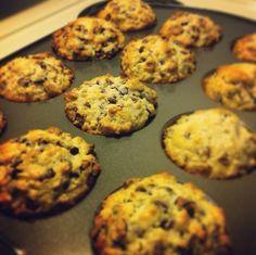 Muffins aux pépites de chocolat noir à 70%, yogourt aux fraises et canneberges. Cookies, Breakfast, Desserts, Food, Strawberries, Plate, Fine Dining, Life, Recipe
