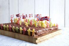 Sjokoladekake til - Baking for alle Norwegian Food, Sweet Cakes, Cake Cookies, Cake Decorating, Deserts, Food And Drink, Candy, Baking, Fruit