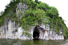 Cueva de las Golondrinas República Dominicana -  Se encuentra a unos cinco kilómetros al este del casco urbano del municipio Río San Juan (al noroeste de la provincia María Trinidad Sánchez)