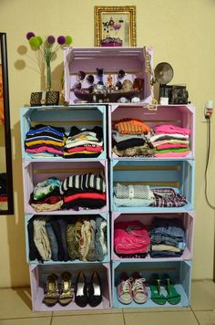 Ideas para organizar tu ropa tips para organizar tu closet cajas de madera pintadas de colores pastel usadas como armario Pallet Furniture, Furniture Making, Milk Crate Furniture, Furniture Ideas, Minimalist Closet, Diy Casa, Ideas Para Organizar, Wooden Crates, Wine Crates