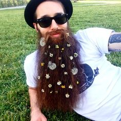 There's a new trend for men with bushy beards; colourful flowers entwined with facial hair is this summer's blossoming fashion statement. Moustache, Beard No Mustache, Beard Decorations, Hair And Beard Styles, Long Hair Styles, Glitter Beards, Flower Beard, Great Beards, Glitter Eyeshadow
