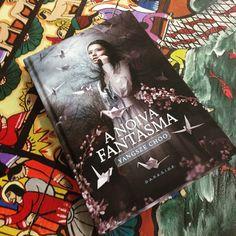 Leitura atual! O livro é nada menos que lindo <3 @darksidebooks arrasando! Resenha em breve no euinsisto.com.br #bookporn #blogeuinsisto #bookworms #book #livro #nowreading #blogliterario