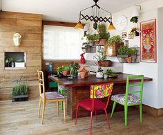 A varanda gourmet é a queridinha da casa. Toda revestida de peroba de demolição rústica, ganha alegria com o colorido das cadeiras de estilos diferentes. Criação do escritório Lovisaro Arquitetura e Design