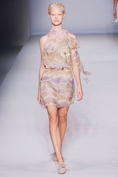 Alberta Ferretti Spring 2010 Ready-to-Wear Fashion Show - Kamila Filipcikova