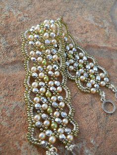 Pulsera tejida en perlas y mostacillas doradas