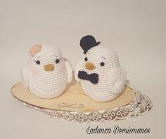 Ladanza Demismanos: BIRKO Y JUNE : ANIVERSARIO Crochet Dolls, Crochet Hats, Knit Crochet, Crochet Parrot, Wedding Birds, Bird Patterns, Amigurumi Patterns, Wedding Accessories, Giraffe