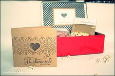 Nun endlich darf ich dir die Ehe-/ Hochzeits- Notfallbox zeigen, die ich für ein Freundin bzw. für ein befreundetes Paar als kleines Hochzeitsgeschenk gebastelt habe. Im Inneren des kleinen Koffers…