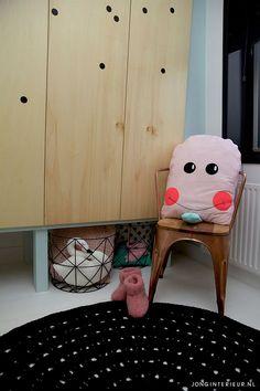 Kast op pootjes. Interieurstylist Stephanie de Jong #Meisjeskamer #Girlsroom #pastel door JONGInterieur.nl #Lostandfoundonline.nl #mint #oudroze #kussens #ijsjes #draadmand #koper #stoel #kleed #zwartwit #zwaan #kinderkamer #design #styling #decor #kids