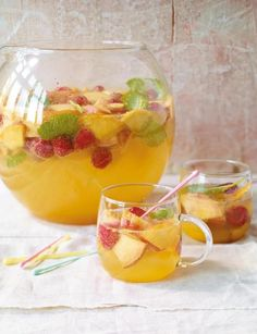 Bellini punch Bellini-Bowle Rezept Cheers with fruit: peaches and raspberries in orange juice and liqueur. Healthy Juice Recipes, Healthy Eating Tips, Healthy Foods To Eat, Smoothie Recipes, Margarita Recipes, Fruit Smoothies, Strawberry Smoothie, Smoothie Bol, Smoothie Detox
