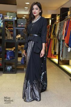 Indian Fashion Dresses, Indian Designer Outfits, Designer Dresses, Saree Wearing Styles, Saree Styles, Stylish Blouse Design, Stylish Dress Designs, Sari Blouse Designs, Fancy Blouse Designs