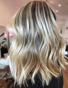 We've got tons of summer hair inspiration, from caramel-kissed brunettes to honey-dripped blondes to rose quartz-inspired brown. Get to scrolling, pinning, and swooning—these are the most stunning summer highlights. Honey Blonde Hair Color, Strawberry Blonde Hair Color, Blonde Hair Shades, Golden Blonde Hair, Sandy Blonde, Hair Highlights, Summer Highlights, Chunky Highlights, Color Highlights