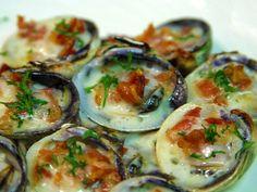 Le vongole gratinate sono un piatto gustoso e stuzzicante da servire come antipasto o secondo piatto sfizioso al gusto di mare