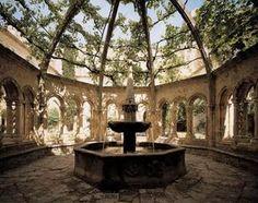 à l'intérieur de l'Abbaye de Valmagne Hérault France le jardin Saint-Blaise du cloître, autour de sa célèbre fontaine-lavabo.