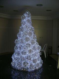 Árvore de Natal com pisca-pisca LED: economiza energia, é moderna e tem a magia do Natal. ;)