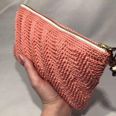 twisted clutch lige i hånden Free Crochet Bag, Crochet Clutch, Crochet Purses, Crochet Bag Tutorials, Crochet Projects, Crochet Patterns, Chunky Crochet, Knit Crochet, Yarn Crafts
