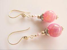Oorbellen Arielle roze crackle agaat met swarovski kristal lichtroze kraaltje. geheel lichtzilver. www.doloressieraden.nl
