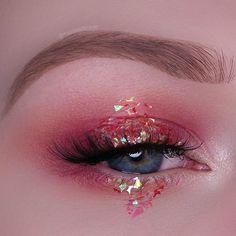 "ROSY --- @limecrimemakeup Venus Palette: - ""Muse"" on the lid - ""Venus"" to blend the lid shade into the crease - ""Aura"" in my inner corner @jazzy_glitter_shop glitter on the center @darkswanofdenmark ""Seduce"" Lashes @nyxcosmetics ""Taupe"" Micro Brow Pencil, ""Milk"" Jumbo Pencil"