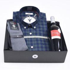 """Coffret Idée Cadeau de Noël pour Homme """"La Boisée""""  Chemise Homme à carreaux bleu / vert + bouteille de vin rouge et chaussettes en fil d'écosse Hanjo, le vestiaire des épicuriens : https://hanjo.fr"""