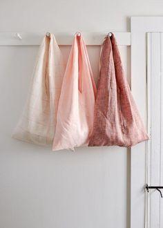 Simple Fold-Up Market Tote | Get ready for Farmer's Market season! Sewing Patterns Free, Free Sewing, Sewing Tips, Bag Patterns, Sewing Box, Pattern Ideas, Sewing Hacks, Sewing Tutorials, Diy Tote Bag