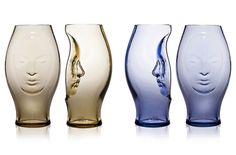 Vasos de vidrio con rostros modelados