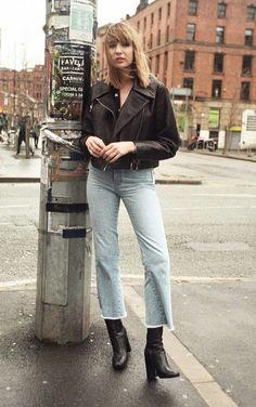 Jaqueta de couro, calça cropped azul claro, ankle boot preta